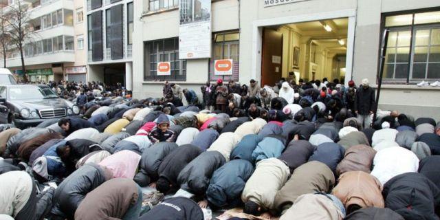 musulmonai meldžiasi gatvėje