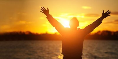 šlovinimas iškėlus rankas